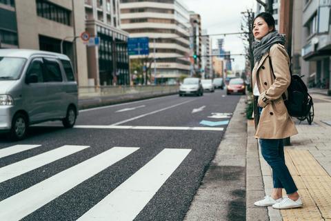 車に道を譲ろうと固い意志の歩行者