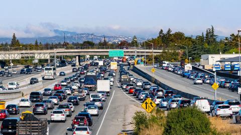 高速道路で渋滞が起こる
