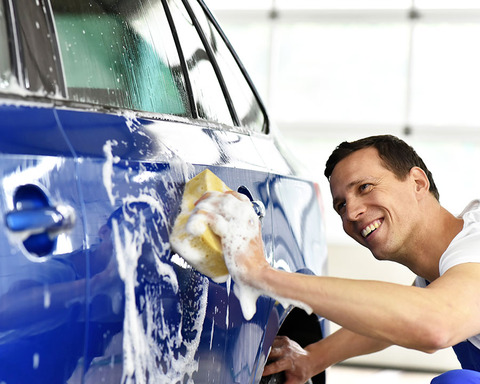 軽自動車を洗車してる