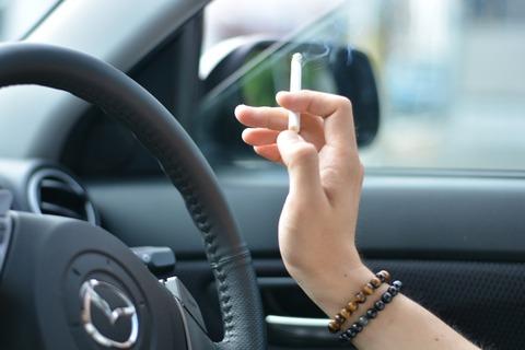 営業車でタバコ