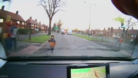 男の子が車にはねられるも奇跡的に助かる!瞬間の映像が話題にwwwww
