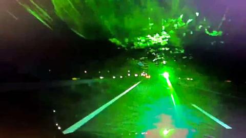 高速で対向車にレーザーポインター