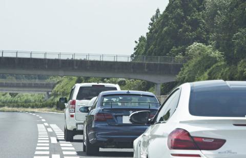 高速道路で追い越し車線から退かない車