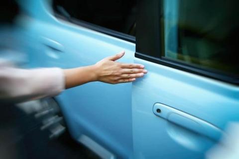 車のドアを力込めてバンっと閉める