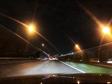 【画像】乱視の俺「夜の高速運転してる時の視界」はこんな感じwwwwwww