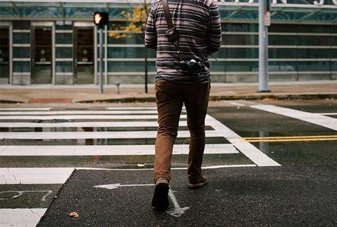 歩行者無視して過ぎ去る車
