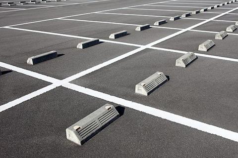 空いてる月極駐車場に車を停めて