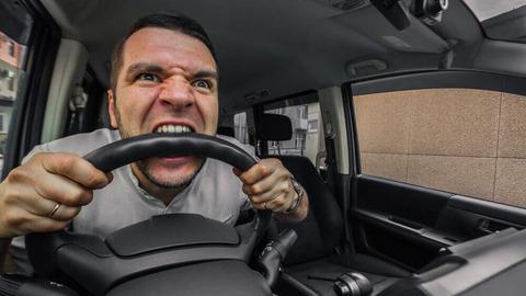 正直猛スピードで迫ってくる車があったら音で気がつくよなw