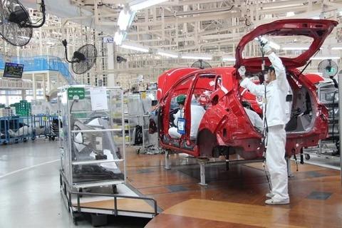 自動車工場の組立て作業