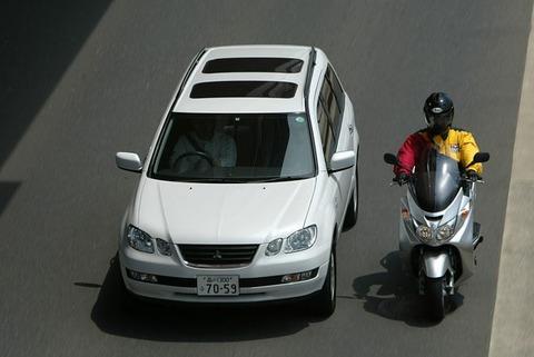 車ドライバーVS左を抜けて行くバイカー