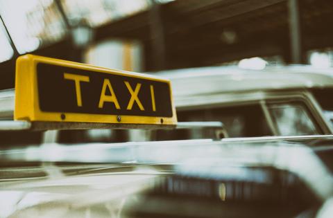 タクシーの運転手だけど客が金払わないでどっかいったから警察呼んだwwww
