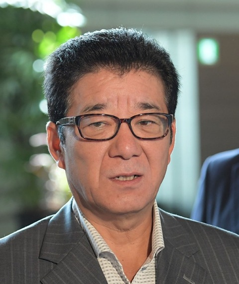 【悲報】大阪府知事、休憩中に公用車内で喫煙して大問題になるwwwww