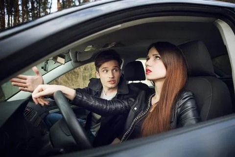 ドライブ中に彼女が言った一言がどうしても許せなくて殴ったんだけど俺悪く無いよな??