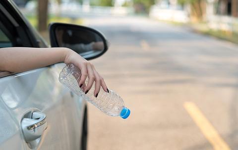 車からゴミを投げ捨て