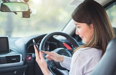渋滞中のノロノロ運転中携帯いじるな