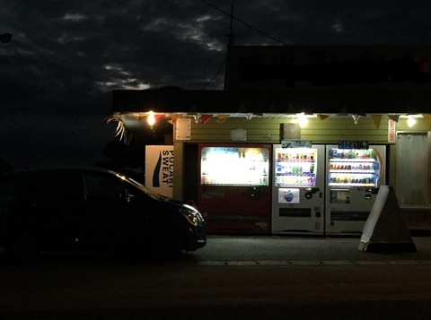 夜中に何となく車を走らせて田舎にある自販機でジュース飲むwwwwww