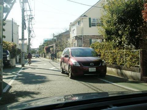 狭い道で対向車とミラー同士が接触