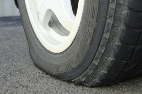 車のタイヤパンク