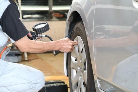 ガソリンスタンドで「タイヤの空気圧