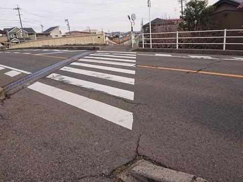 横断歩道で子供が待ってるのに直進する車