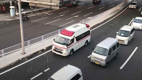 救急車が通る時端に寄せて止まって