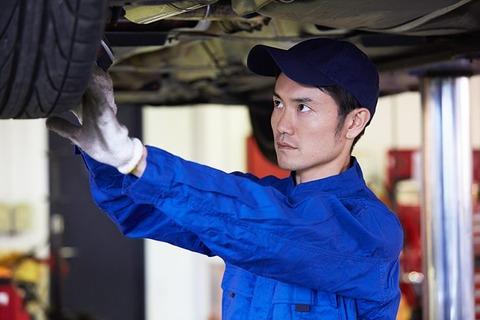自動車工場で働く