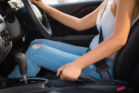 車を駐車する時って、普通サイドブレーキ引くよな?