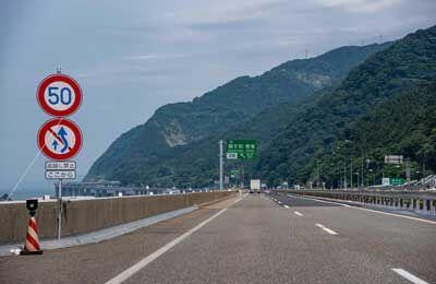 高速道路を時速65kmで走る