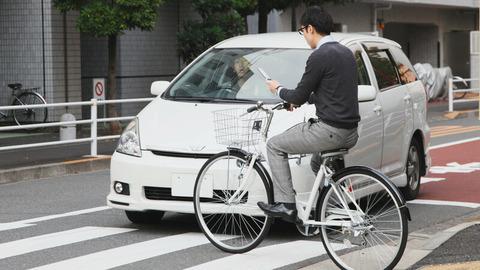 スマホ見ながら運転して赤信号つっきるチャリや逆走チャリとぶつかっても車が悪くなるのおかしくね??