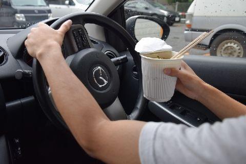 車を運転しながら食べれるものの限界wwwwwwww