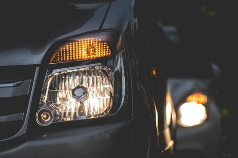 車のライト片方消えてる