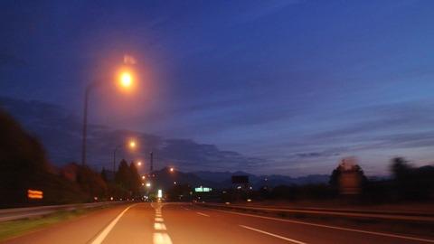 夜明けの高速道路