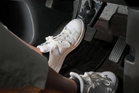 左足でブレーキ操作
