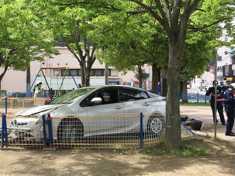 【悲報】園児たちが遊んでいる砂場に車で突っ込んだ運転手「車が急に発進した」