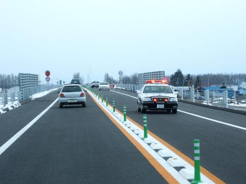 一車線の高速道路で50キロで走ってるバカがいる時の対処法