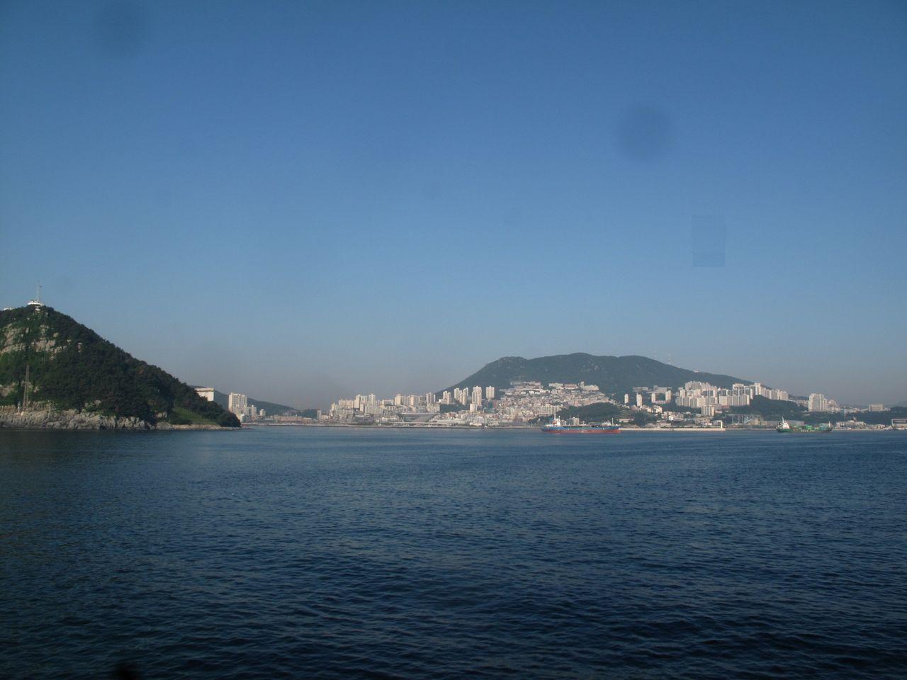釜山港沖から釜山市外を見る