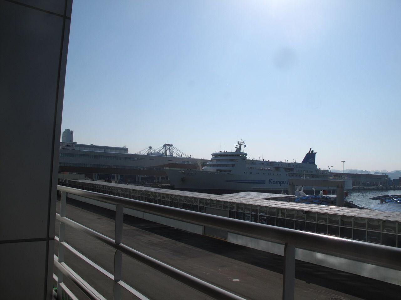 停泊する「はまゆう」(釜山港国際旅客ターミナル)