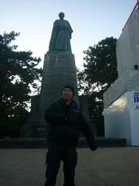 坂本龍一像の前で