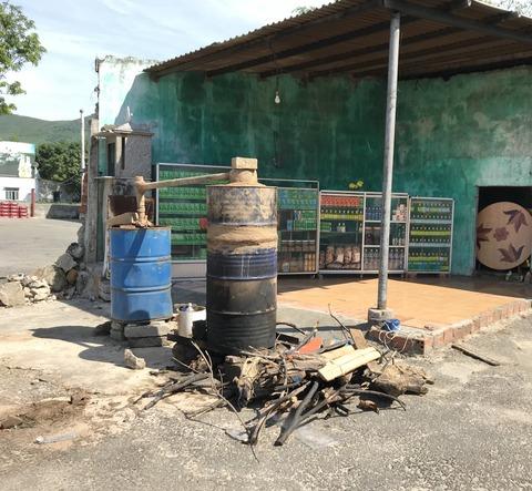 ベトナムの自家製アロマオイルの蒸留