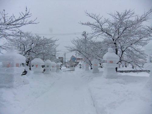 北入口に向かう雪灯篭