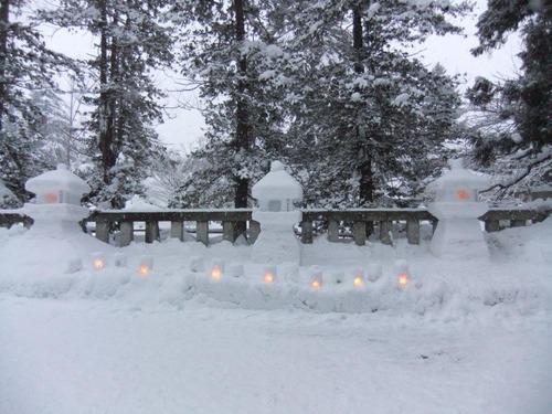 北入口から神社を望む雪灯篭まつり