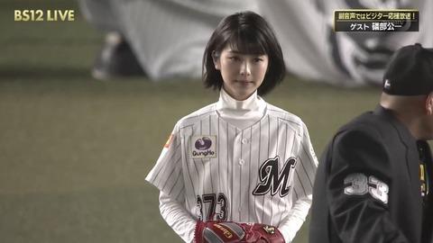 浜辺美波さん、つまんなそうな顔で始球式をしてしまう
