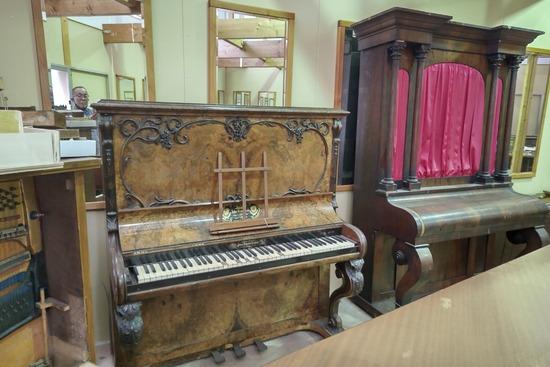 ピアノの演奏で始まる名曲と言えば?「Get Wild」と「give me 愛」あと一つは?