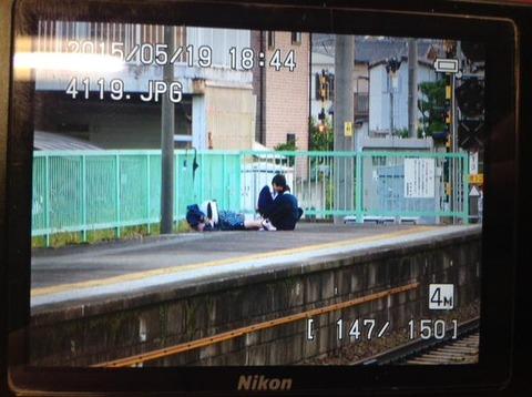 駅のホームでセックスをしている学生カップルを盗撮