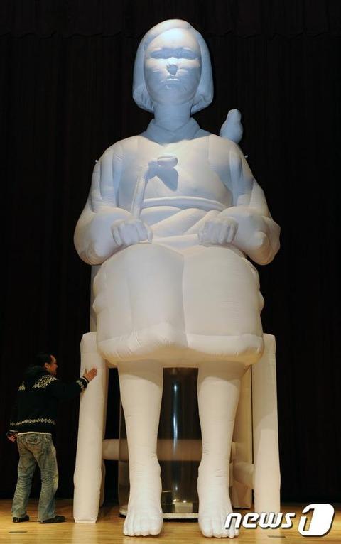 高さ6mの慰安婦像