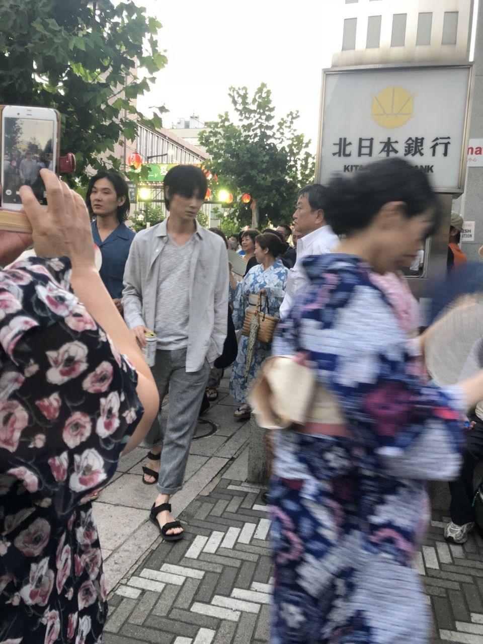 【朗報】綾野剛さん、夏祭りを満喫する