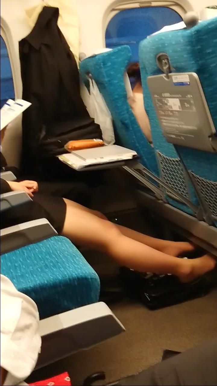 電車に乗って席に座るとすぐ靴脱ぐ女って多くね?なぜ