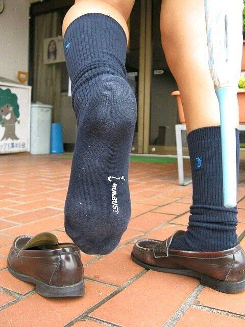 【画像あり】JK「私のくっさい足裏10分間嗅いだら1万円あげる❤」