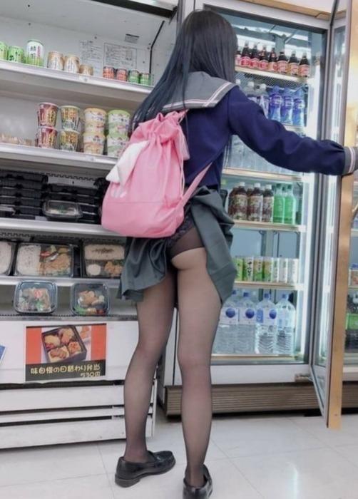 【画像】JKさん、バックにスカートが引っかかりパンチラしてしまう