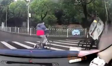【動画】このバイク事故がやばいwwwwww